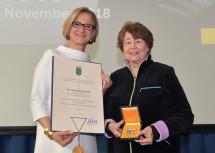 """Landeshauptfrau Johanna Mikl-Leitner überreichte das """"Große Goldene Ehrenzeichen für Verdienste um das Bundesland Niederösterreich"""" an Alessandra Comini."""