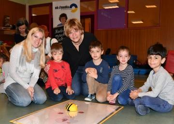 Im Bild von links nach rechts: Julia Sylvester (Kindergartenpädagogin) und Landesrätin Barbara Schwarz unternahmen erste Programmierschritte mit Kindern des NÖ Landeskindergartens Pernerstorferplatz in St. Pölten