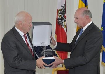 Landeshauptmann Dr. Erwin Pröll gratulierte Kurt Bergmann zum 80. Geburtstag.
