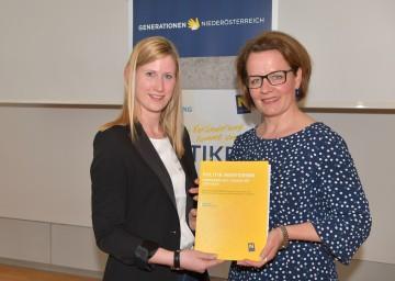 Auch die Landesrätin hat eine Mentorinnenschaft übernommen: Mentee Laura Strobl mit Landesrätin Christiane Teschl-Hofmeister (v.l.n.r.)