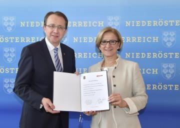 Landeshauptfrau Johanna Mikl-Leitner und Bürgermeister Matthias Stadler unterzeichneten eine gemeinsame Erklärung über den Ausbau der Fachhochschule St. Pölten