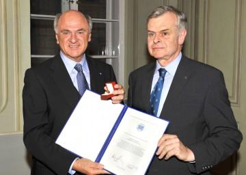 Landeshauptmann Dr. Erwin Pröll wurde mit dem Ehrenring der Österreichischen Akademie der Wissenschaften ausgezeichnet. Im Bild mit dem Präsidenten der Akademie, o. Univ.Prof. Dr. Helmut Denk.