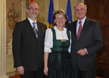Amtsübergabe an der Bezirkshauptmannschaft Melk: Dr. Norbert Haselsteiner, Dr. Elfriede Mayrhofer und Landeshauptmann Dr.  Erwin Pröll (v.l.n.r.)