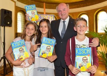 """Präsentation von """"KISCH"""" mit Landeshauptmann Dr. Erwin Pröll (2.v.r.) und den Volksschulkindern Naomi, Viktoria und Moritz. (v.l.n.r.)"""