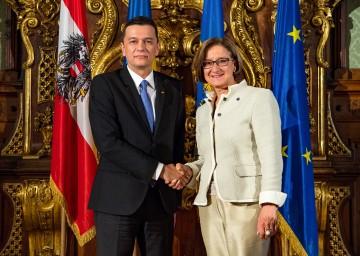 Rumäniens Premierminister Sorin Grindeanu und Landeshauptfrau Johanna Mikl-Leitner nach der Pressekonferenz im Rittersaal des Palais Niederösterreich in Wien (v.l.n.r.)