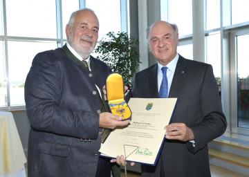"""Landeshauptmann Dr. Erwin Pröll verlieh das \""""Goldene Komturkreuz des Ehrenzeichens für Verdienste um das Bundesland Niederösterreich\"""" an Helmut Cerwenka."""
